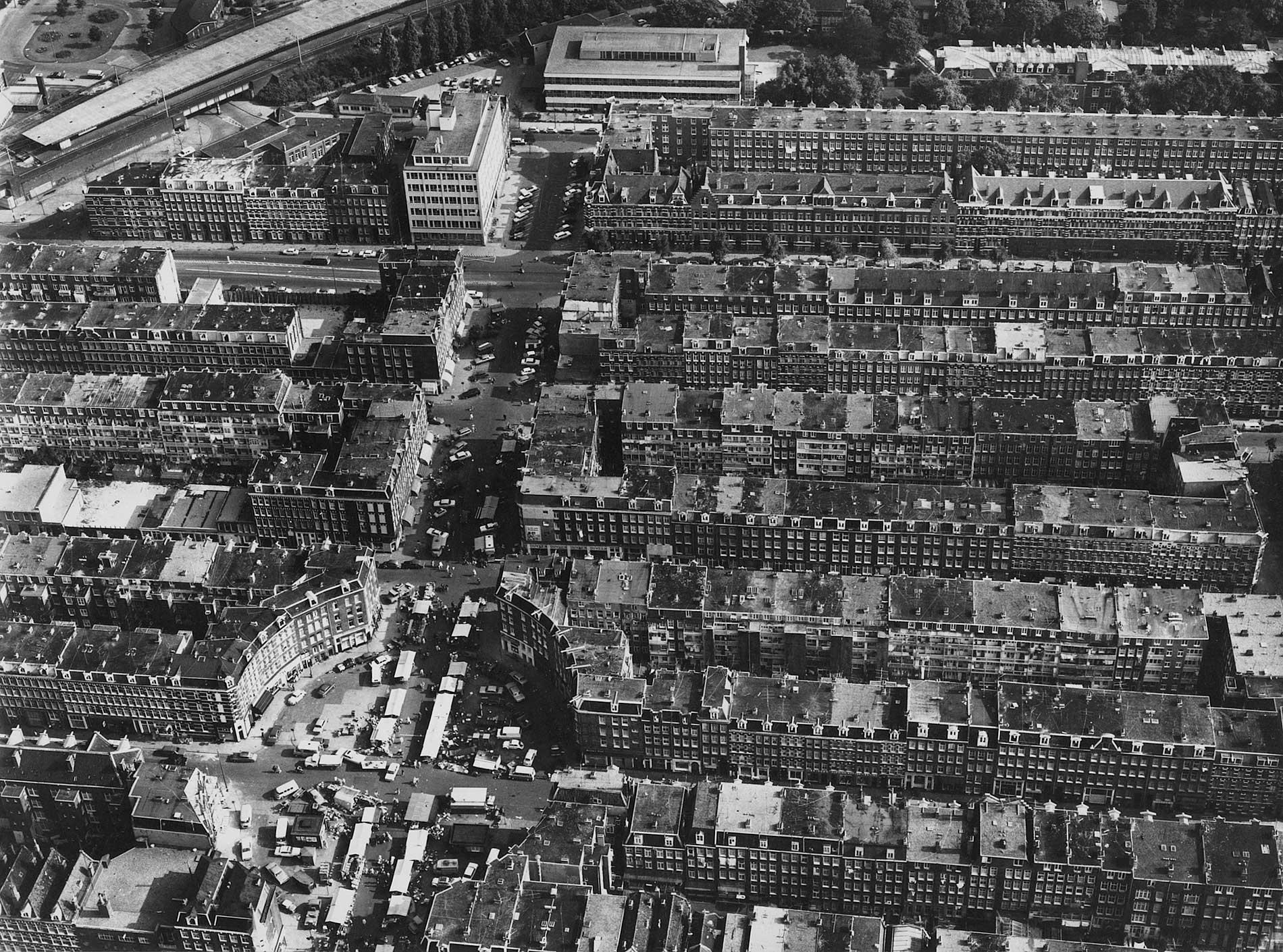 Luchtfoto Dapperbuurt met links onder Dapperplein en boven de foto de Domselaerstraat