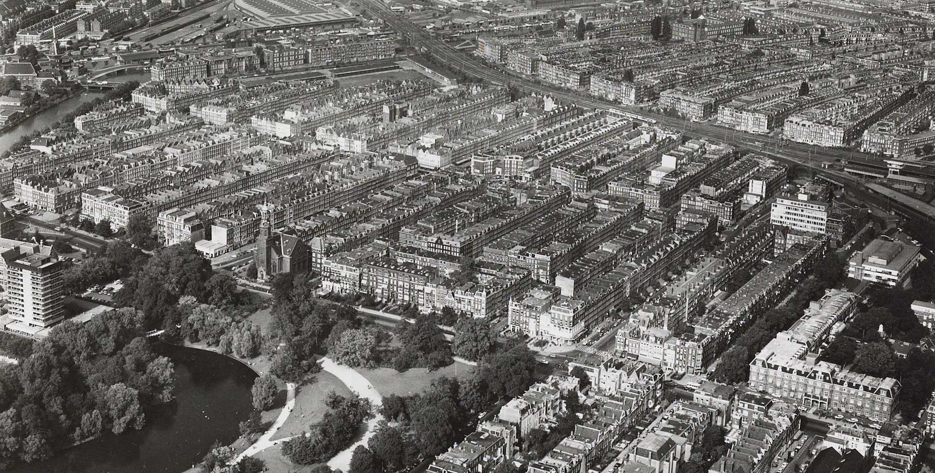 Luchtfoto Dapperbuurt gezien in oostelijke richting met links nog net het Tropenhotel zichtbaar