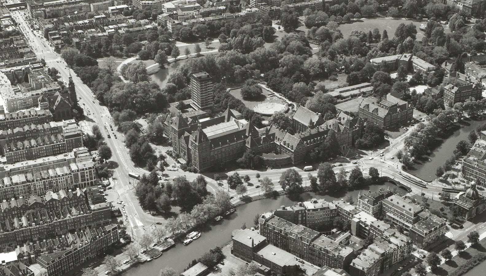 Luchtfoto KIT in Noord-westelijke richting geschoten met op voorgrond nog stuk Alexanderkade en helemaal rechtsonder de Muiderpoort.