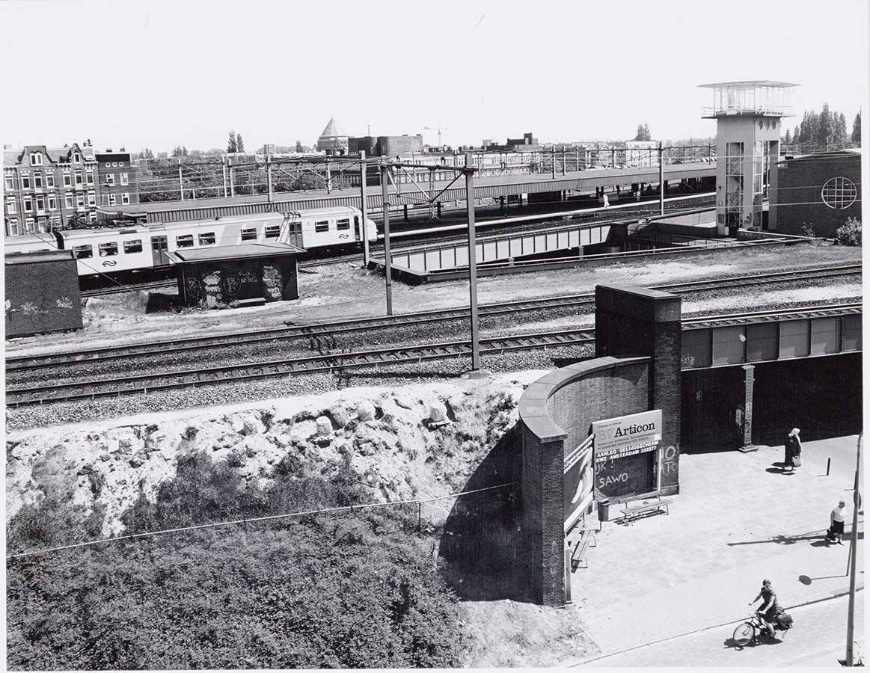 Station Muiderpoort gezien vanaf Pontanusstraat met rechts op achtergrond torentje en op voorgrond viaduct.