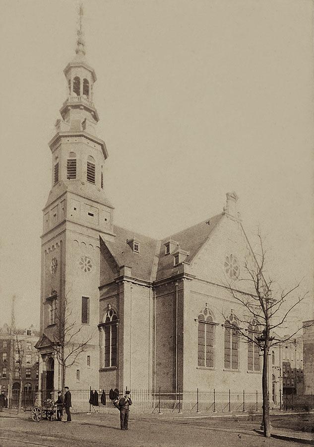 Muiderkerk met venters op de Linnaeustraat