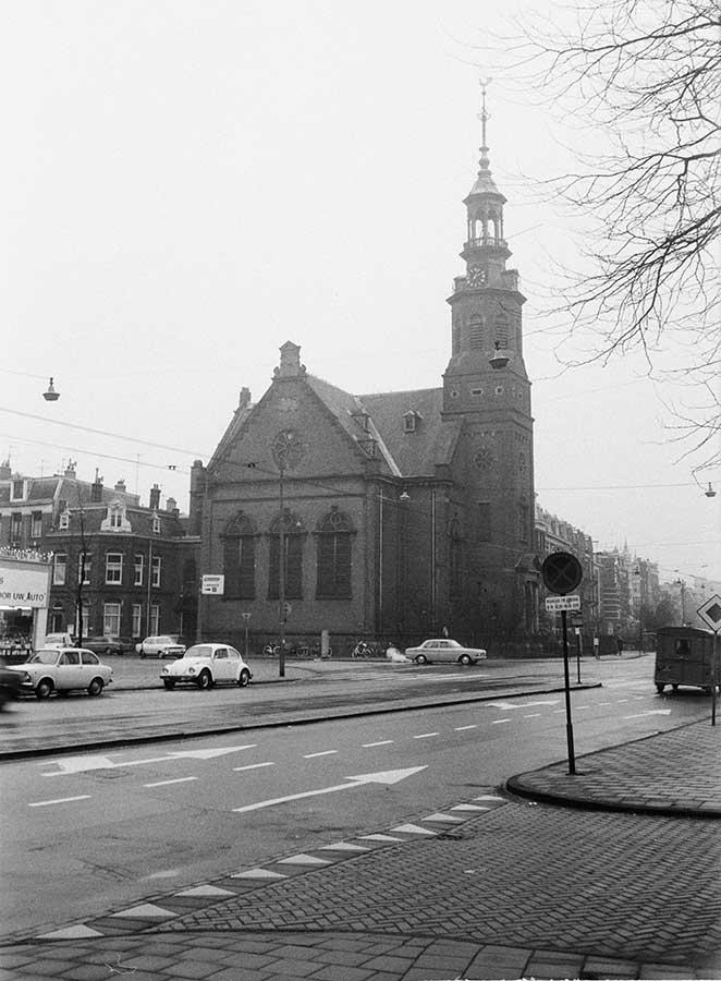 Muiderkerk op een ongure dag vanaf punt waar nu taxi's staan.