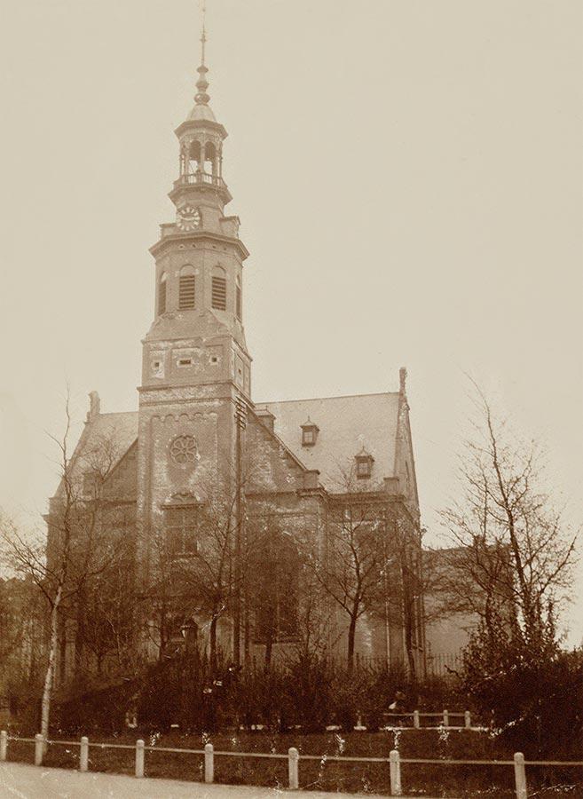Muiderkerk gezien vanaf Oosterpark met kale bomen