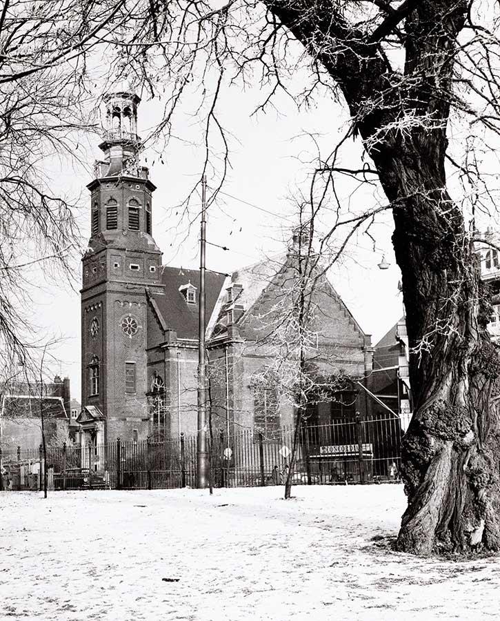 Muiderkerk gezien vanuit besneeuwd Oosterpark