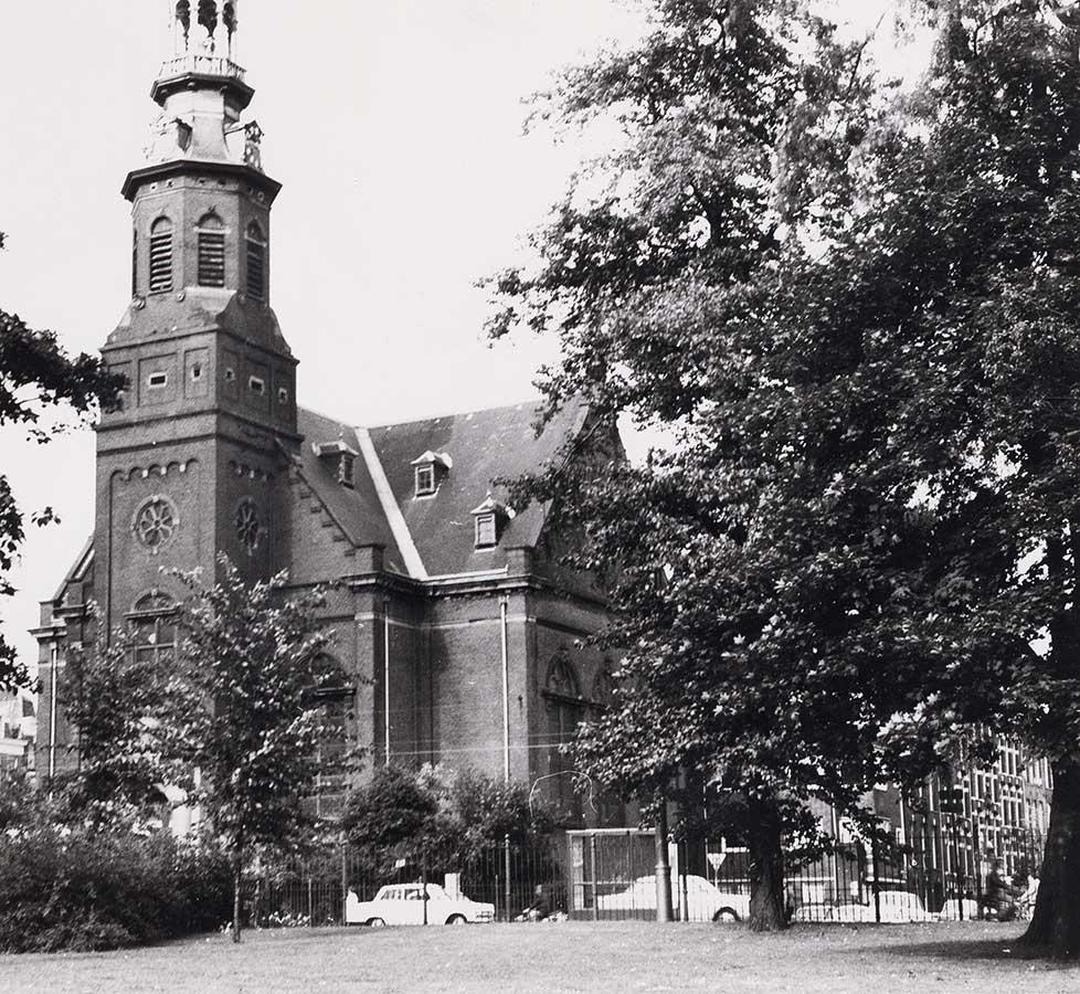 Muiderkerk gezien vanuit Oosterpark. Top van spits net niet zichtbaar