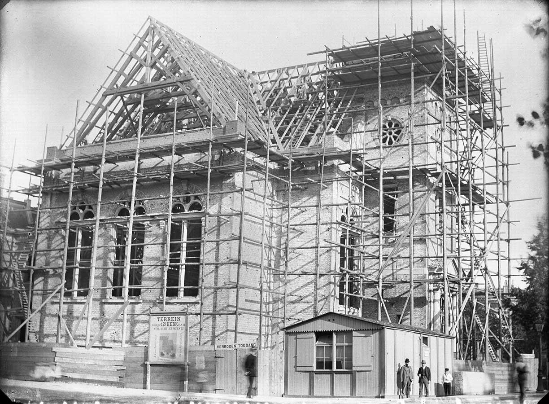 Muiderkerk in de bouwsteigers. Houten geraamte dak staat.