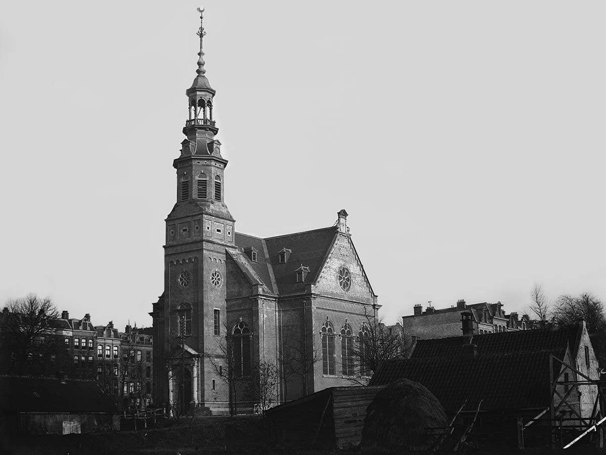 Muiderkerk gezien in Noordoostelijke richting vanuit het Oosterpark in 1892