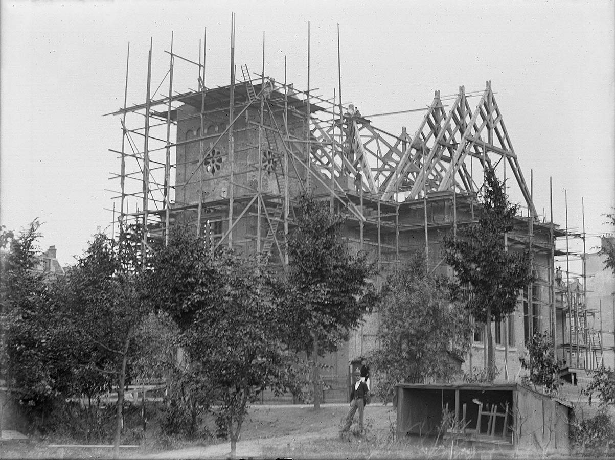 Bouw Muiderkerk, houten geraamte dak staat, toren op dezelfde hoogte af.