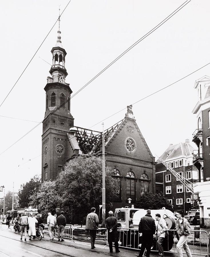 Stuk Linnaeusstraat afgezet i.v.m. afgebrand dak Muiderkerk