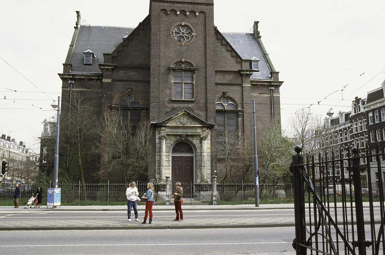 Onderste gedeelte Muiderkerk (t/m dak), gezien vanaf ingang Oosterpark. Op middenberm staan 3 kinderen.