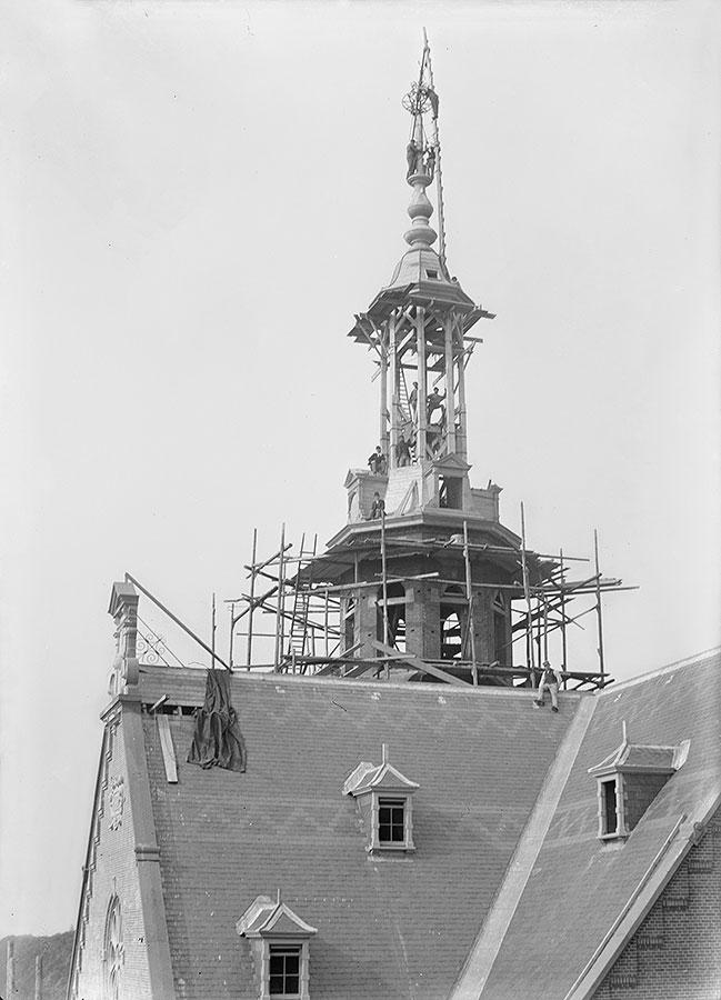 Werklui in houtenskelet van de spits van Muiderkerktoren