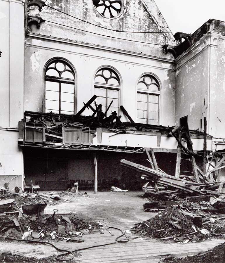 Deel van ruïne Muiderkerk met veel verbrand hout