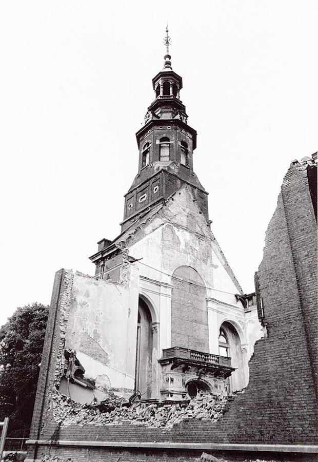 Ruïne Muiderkerk, door brand 4 jaar eerder, met daarachter de toren die wel in tact is.