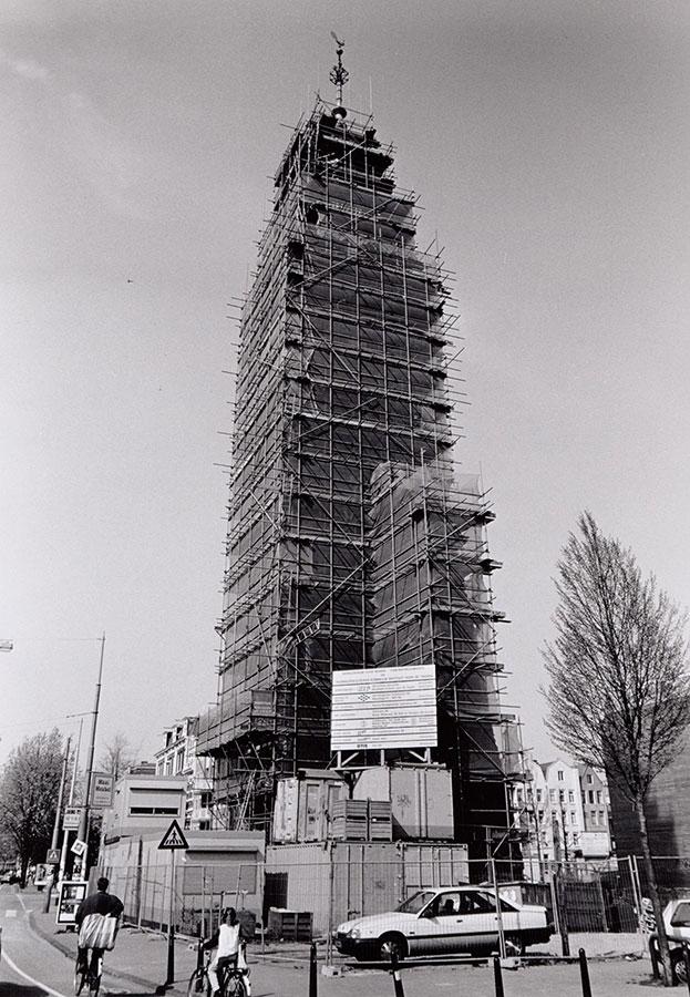 Muiderkerktoren in de steigers