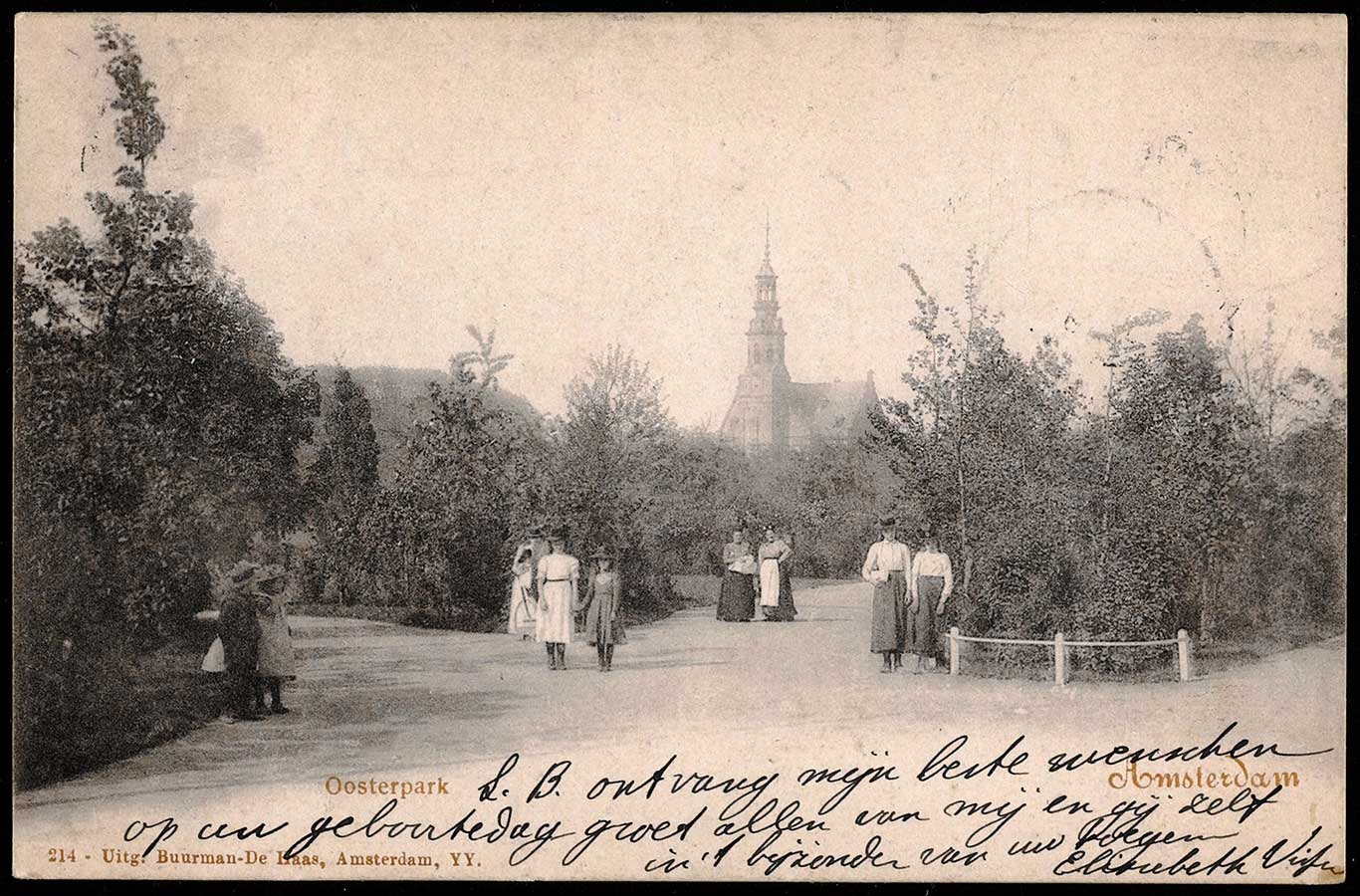 Foto ver in het Oosterpark met 4 paartjes (vrouw-vrouw) poserend op de wandelpaden. Op achtergrond de Muiderkerk