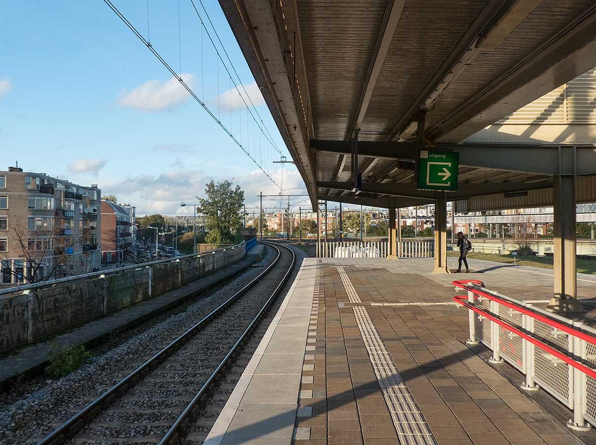 Spoor 9 in namiddagzonnetje gezien richting Amsterdam CS