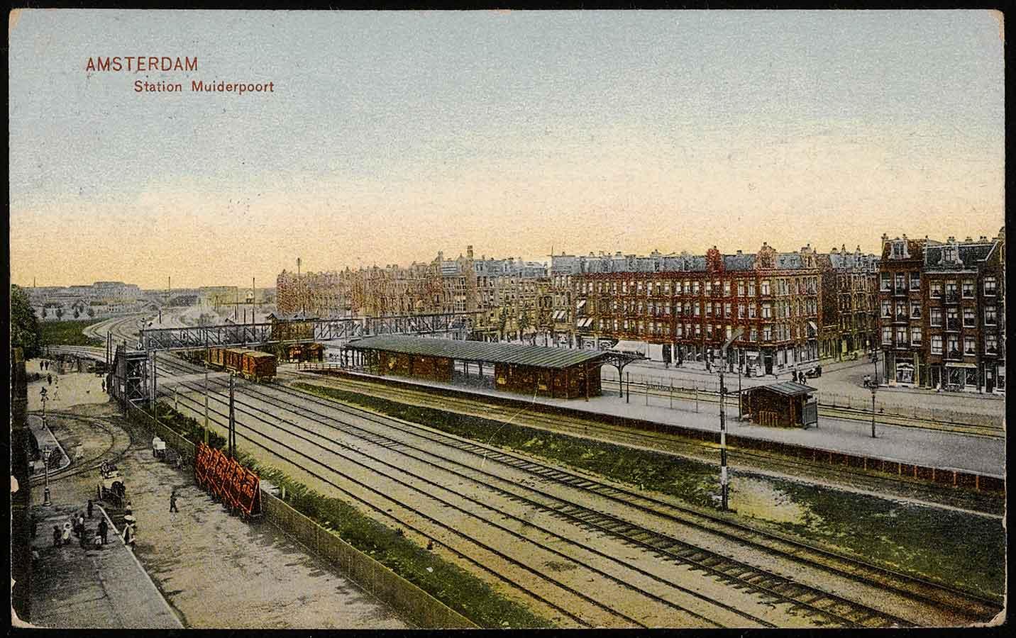 Ansichtkaart met tekening oude Muiderpoortstation vanuit hoogpunt gezien. Met rechts ingang Balistraat