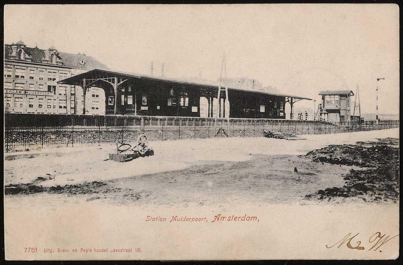 Het oude Muiderpoortstation met op voorgrond braakliggend terrein en links op de achtergrond gevels aan de Pontanusstraat.