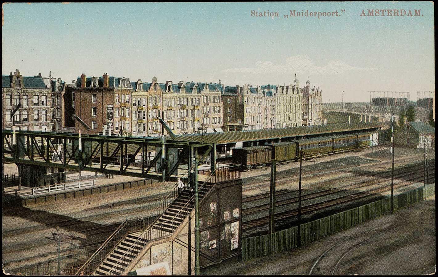 Ansichtkaart station Muiderpoort met luchtbrug en op de achtergrond de Celebesstraat