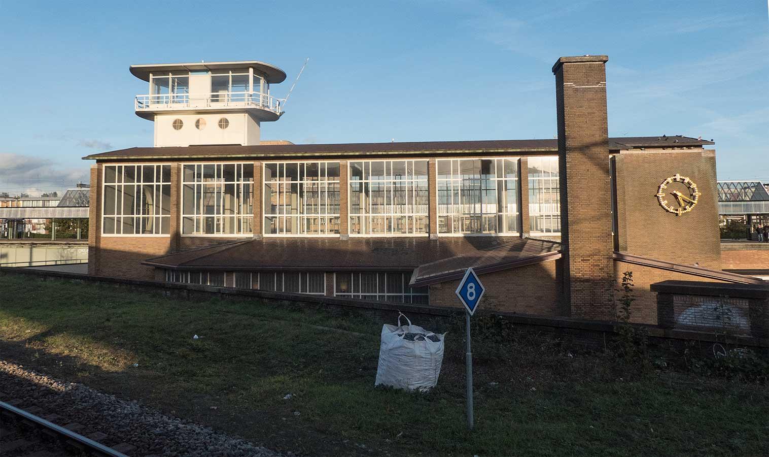 Stationsgebouw met daarachter seinhuis gezien vanaf spoor 8