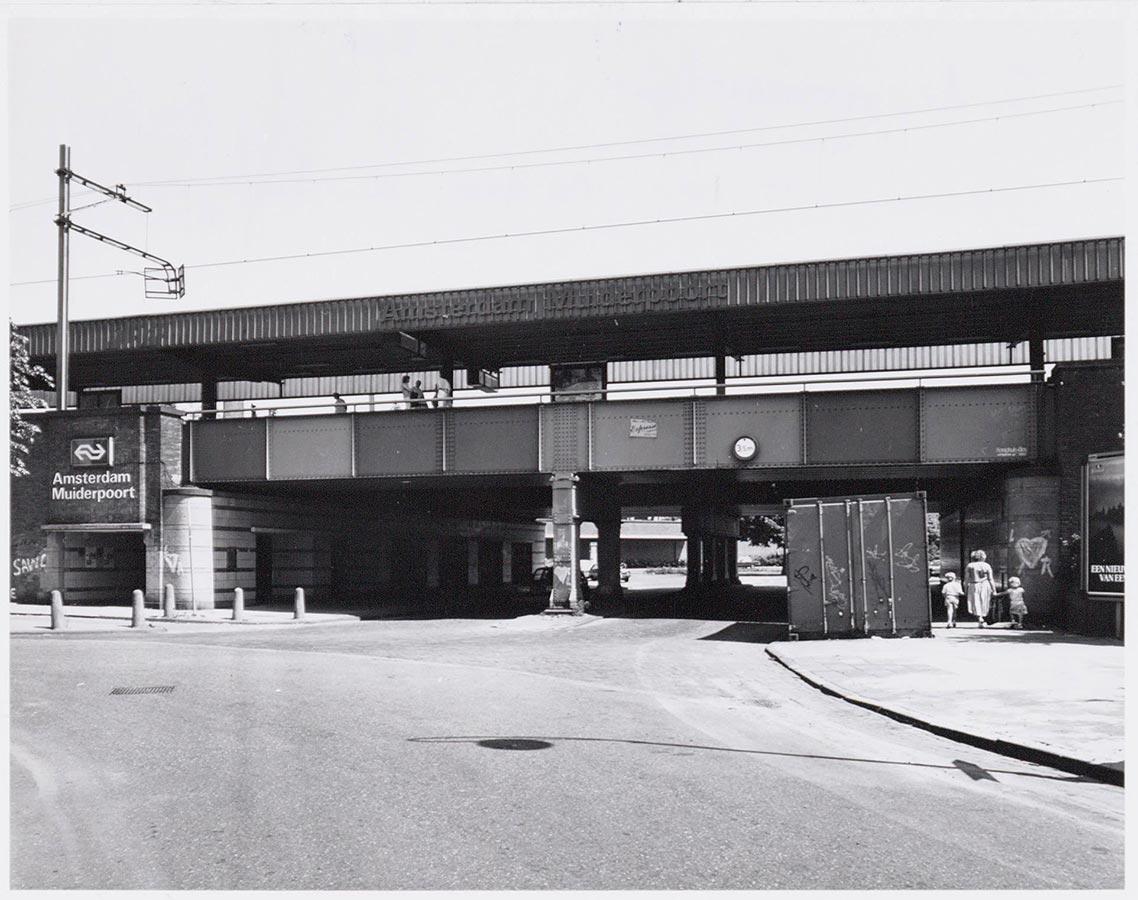 Viaduct Muiderpoortstation aan einde Domselaerstraat
