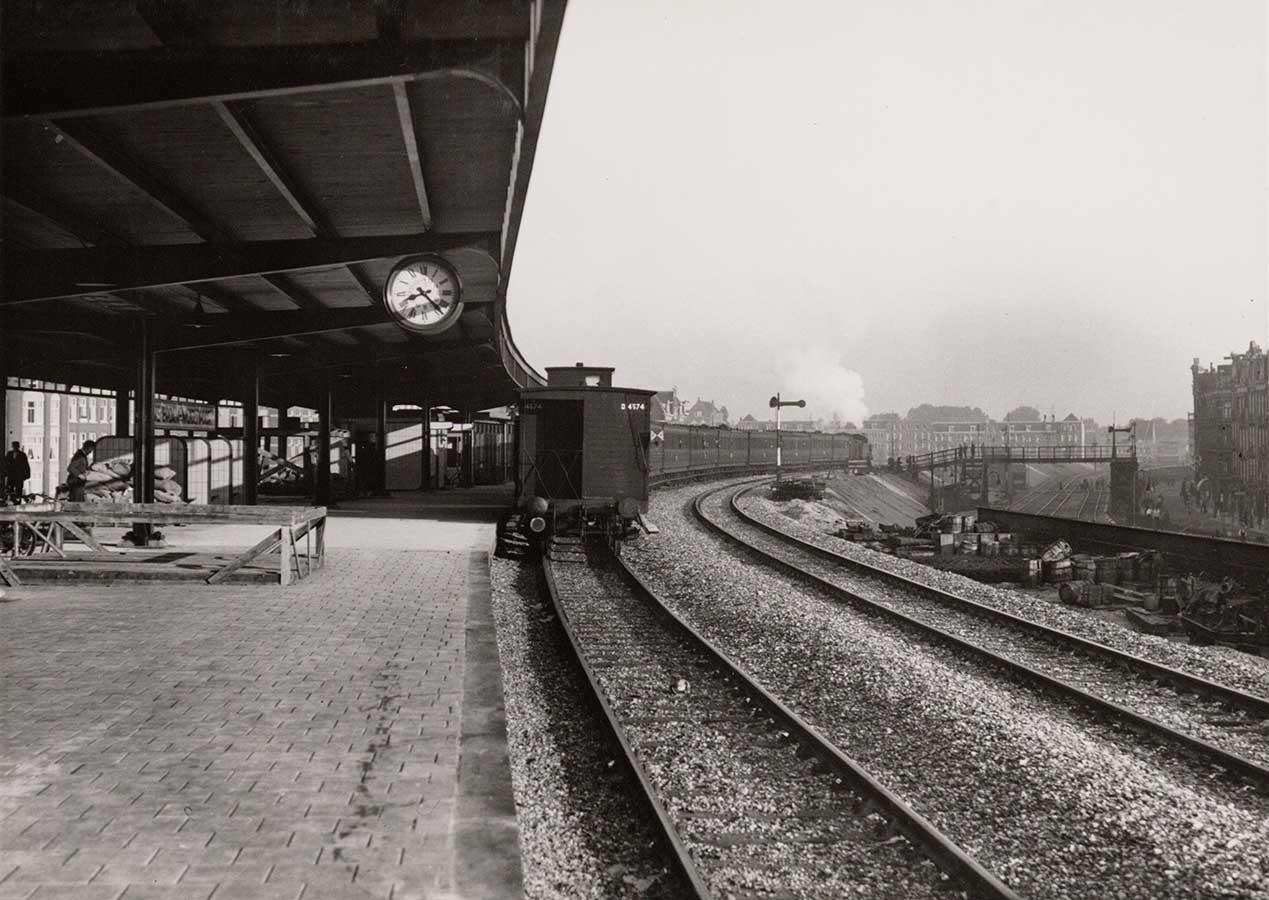 Perron van het hagelnieuwe Muiderpoortstation in 1937. Rechts stukje Celebesstraat.