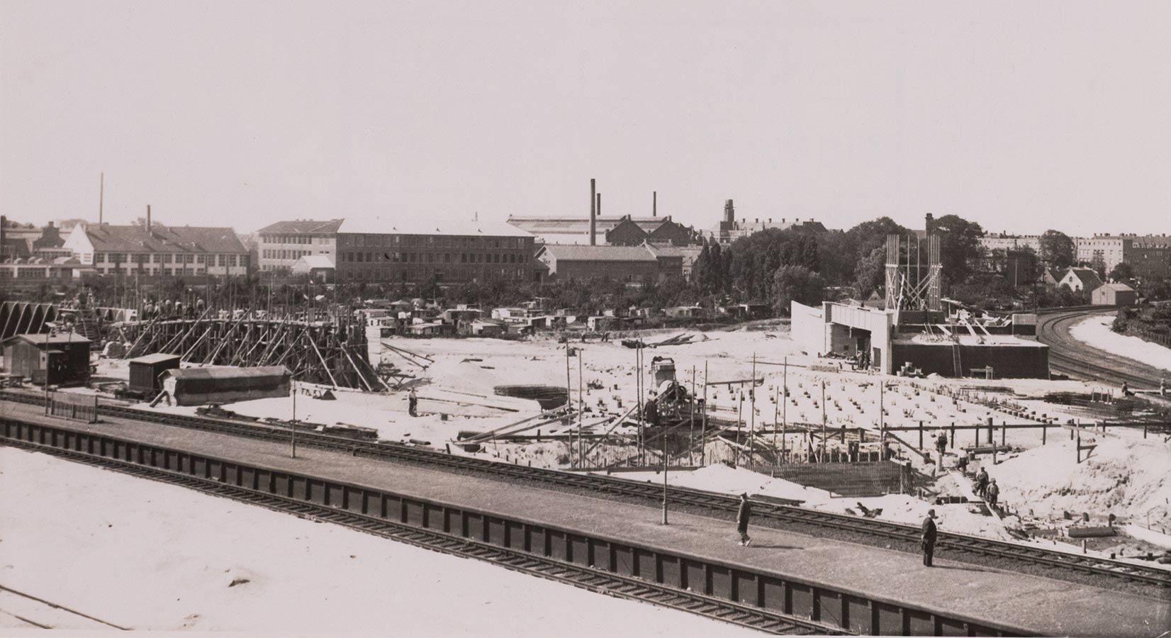 Bouwwerkzaamheden. Rechts viaduct, midden volkstuincomplex Tuinwijck en daarachter het sportfondsenbad.
