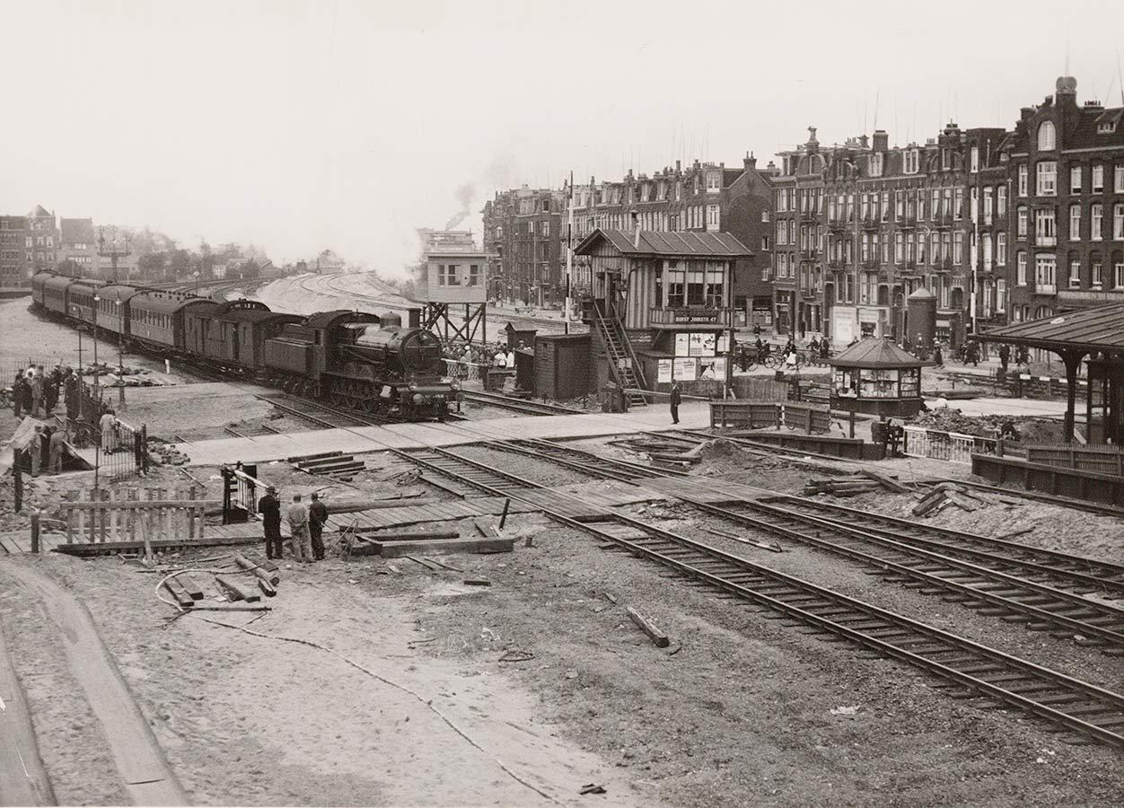 Tijdelijke spoorweg overgang oude Muiderpoortstation