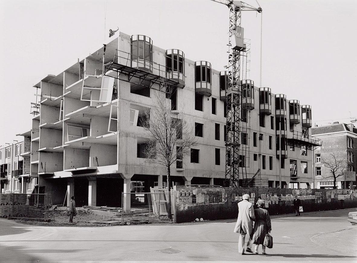 Nieuwbouwpand in aanbouw hoek Pieter Nieuwlandstraat