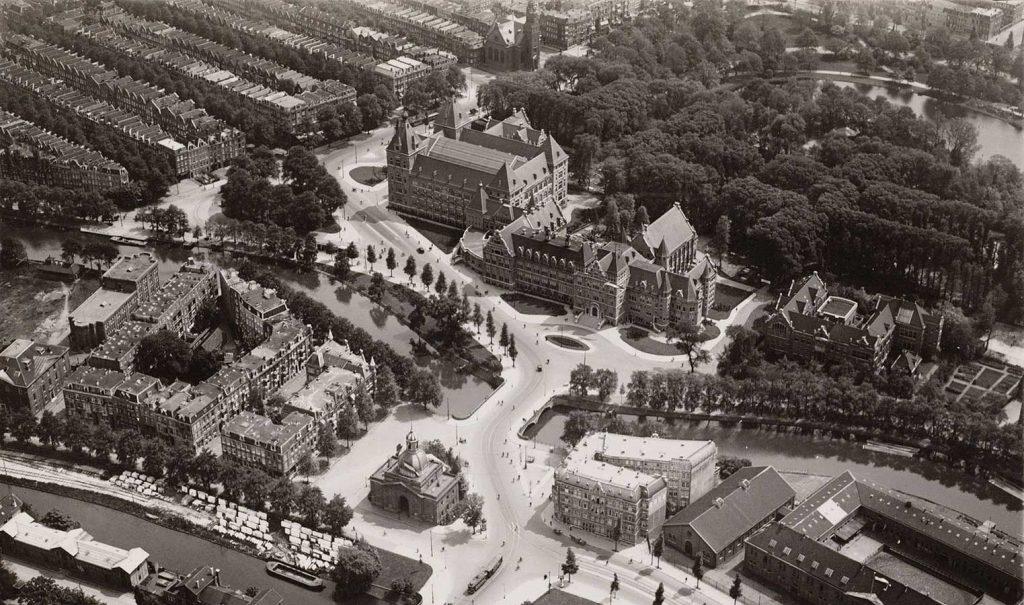 Luchtfoto KIT met op voorgrond Muiderpoort en op achtergrond Muiderkerk