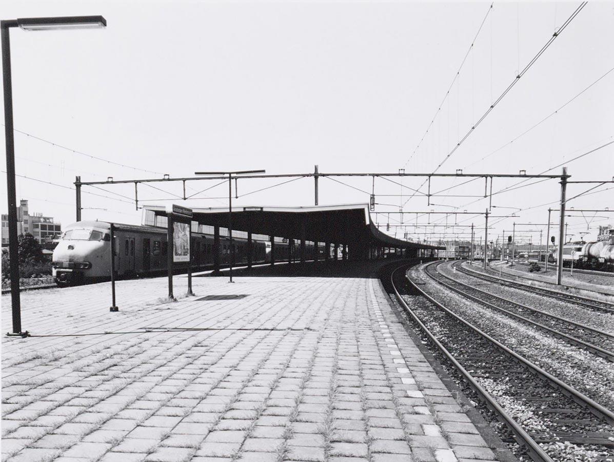 Foto perron Muiderpoort met links aan het perron een oude trein (mat '64)
