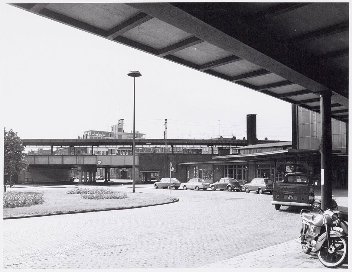 Zicht op viaduct gezien ter hoogte fietsenwinkel