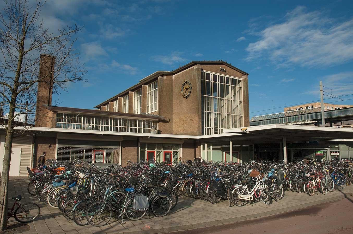 Centrale hal met fietsenstalling op voorgrond.