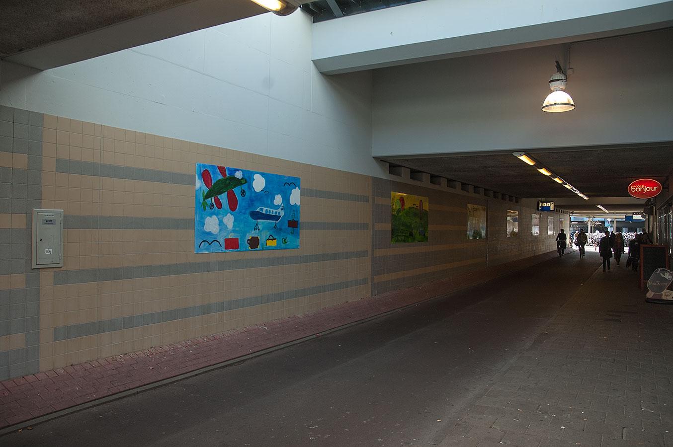 Tunnetlje tussen Pontanusstraat en Celebstraat met schilderijen gemaakt door kinderen aan muur