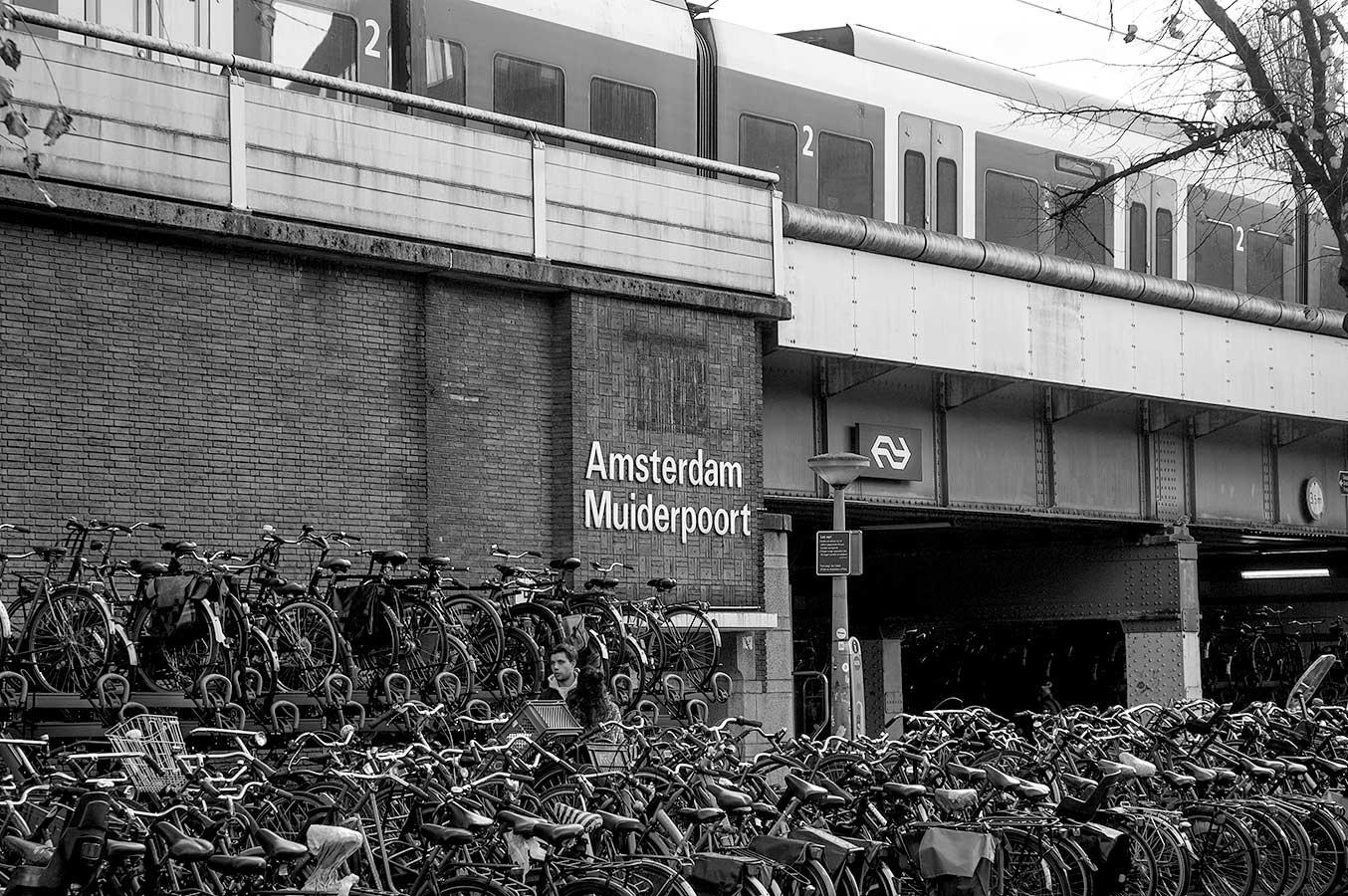 Amsterdam Muiderpoort Pontanusstraatzijde met fietsenstalling op voorgrond en trein bij perron 9