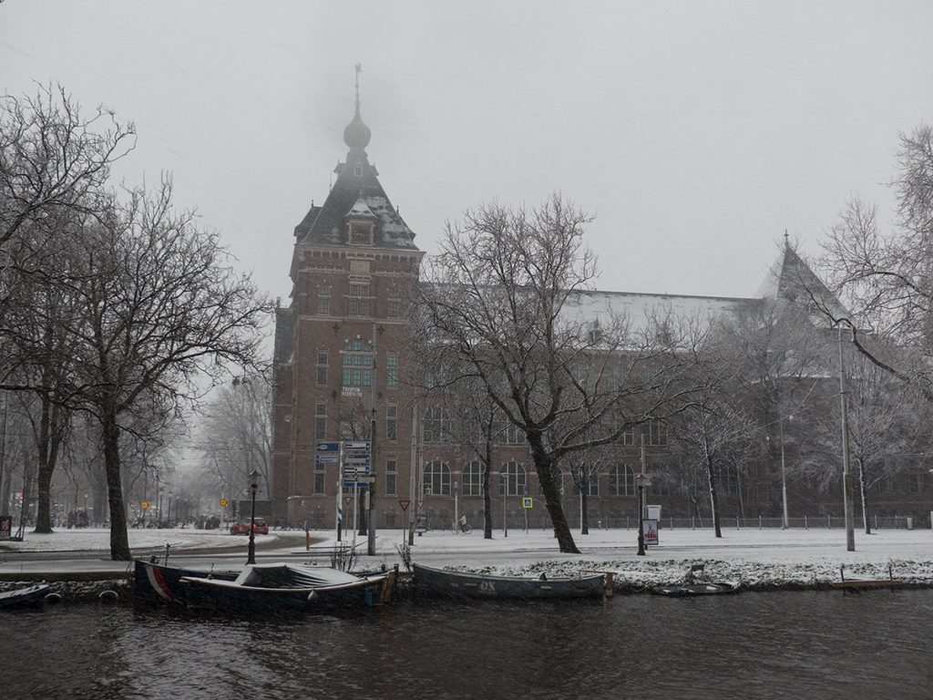 KIT besneeuwd, gezien vanaf Alexanderkade richting Mauritskade